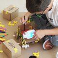 Carbots haciendo robots de cartón